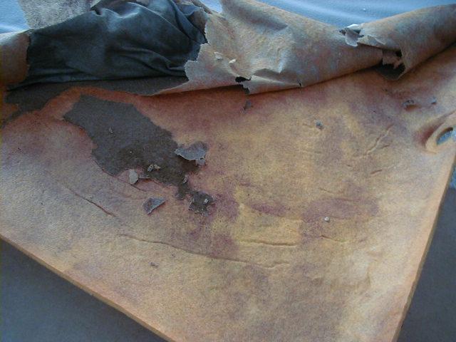 ボードに残った生地の裏地も剥がします